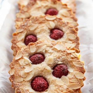 Simple yet exquisite, Raspberry Financiers are lovely little French almond cakes with crispy exteriors and insides as soft as a pillow. Surprisingly quick and easy to make. #dessert #dessertrecipe #recipe #valentine #pastry #french #raspberry #almond #cake #baking #financier #financiers #easy #quick #eggwhites
