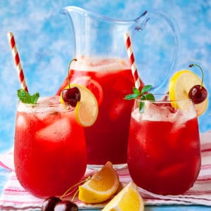 The BEST thirst-quenching Cherry Lemonade! Easy to make and so refreshing! #lemonade #cherry #drinks #beverages #party #familyfriendly #recipe #fresh #frozen #summerdrinks