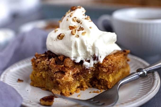 The BEST pumpkin crunch cake recipe you'll find! The perfect pumpkin fall dessert that takes minutes to put together! #pumpkin #crunch #cake #easy #quick #recipe #fall #dessert #thanksgiving #mix #video #best